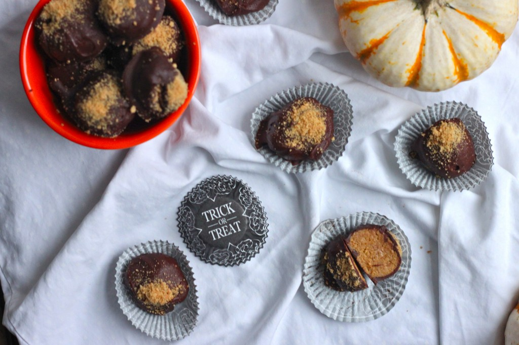 These truffles are everything you love about pumpkin pie cheesecake covered in a dark chocolate shell! | TheCornerKitchenBlog.com #pumpkin