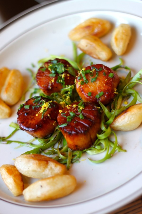 Caramelized Sea Scallops with White Wine are an easy weeknight meal and the perfect way to bust out of your dinner rut!